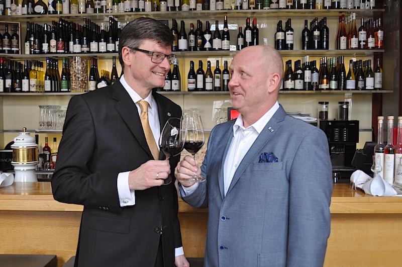 """General Manager Jörg Müller (l.) vom Hotel Fürstenhof, Leipzig mit Andreas Conrad, Herausgeber vom Luxus & Lifestyle Magazin FrontRowSociety.net in der Vinothek """"1770 – Mehr als Wein"""" / © Redaktion FrontRowSociety.net"""