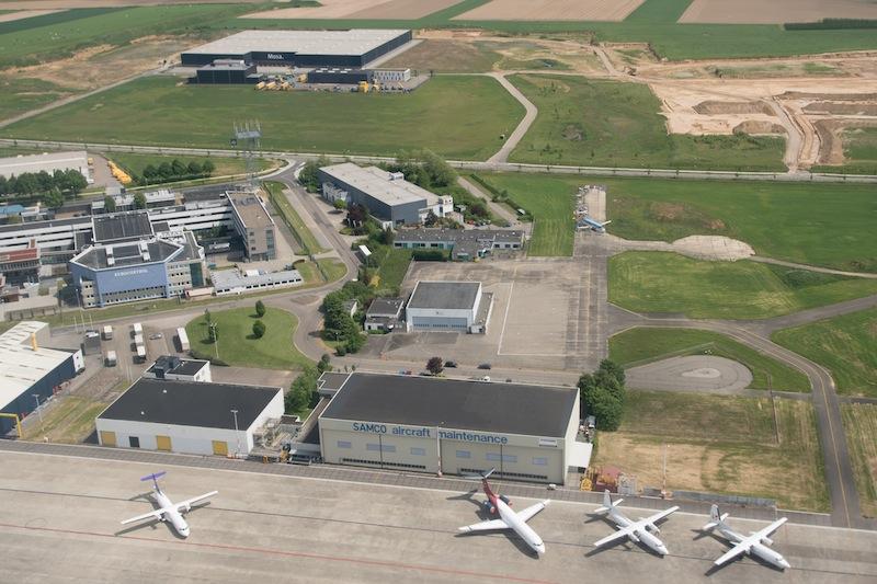 Gerade starten wir mit voller Triebswerkleistung durch - wie am Gummiband gezogen, werden wir über dem Flughafen von Maastricht in die Höhe gezogen / © Redaktion FrontRowSociety.net, Patrick Becker