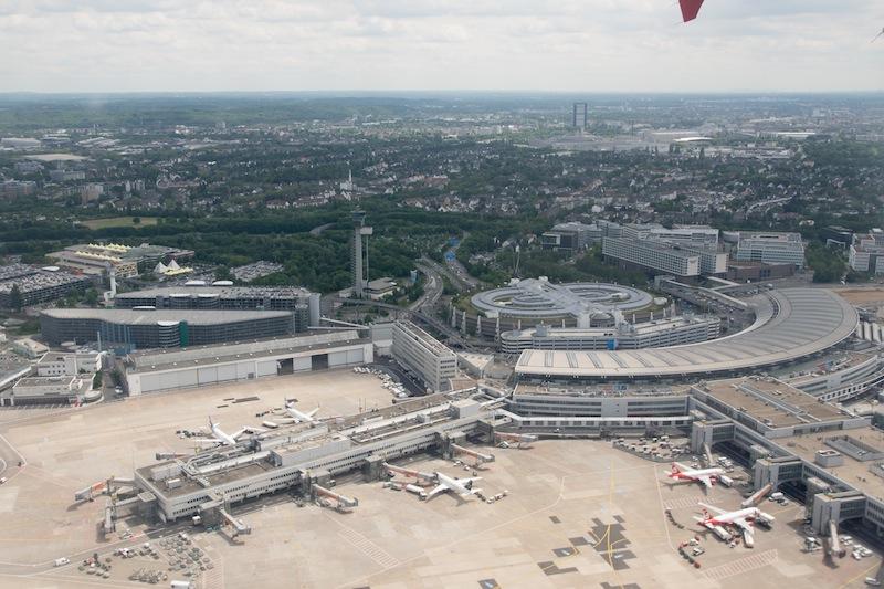 """Atemberaubender """"Static Take Off"""": Schon nach wenigen Metern ist unser Airbus A320 über dem Flughafen von Düsseldorf. So oder so ähnlich müssen sich die Astronauten fühlen / © Redaktion FrontRowSociety.net, Foto Patrick Becker"""