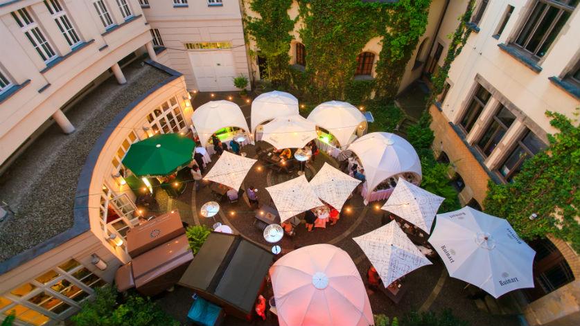 Hier ein Blick auf den schönen Innenhof des Hotel Fürstenhof, Leipzig, wo seit 13 Jahren das Gourmet Festival Leipzig stattfindet / © Hotel Fürstenho, Leipzig / Swen Reichhold