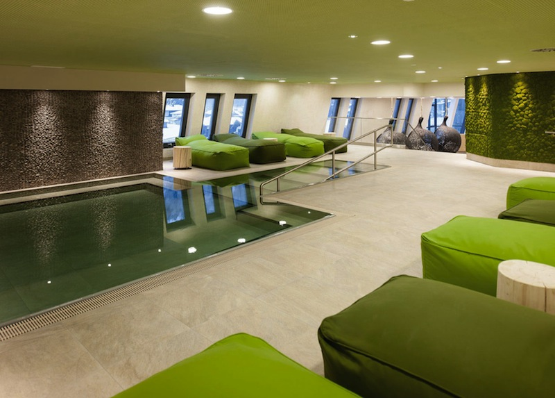 Die Wände sind mit Moospflanzen bedeckt und in der Mitte wartet der 34°C warme Pool auf seine Gäste / © Aqua Dome