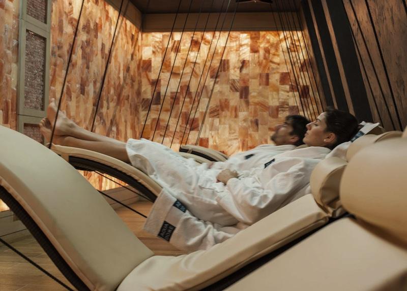 In dem Raum Schweberuhe liegt der Gast ruhig und die wohltuenden Salze sollen die Atemwege stärken / © Aqua Dome