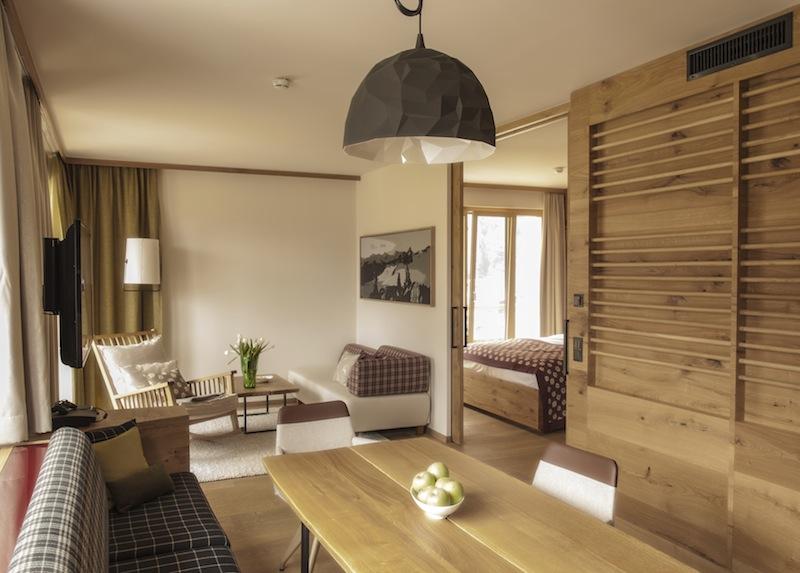 Im Wohnbereich steht der große Vollholz-Esstisch mit einer komfortabler Bank und Designer-Stühlen - hier ist sicherlich für die Familie genügend Platz / © Aqua Dome