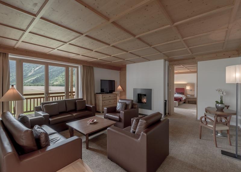 Die Suite Wohntraum, selbstverständlich auch hier mit offenem Kamin. Das Schlaf- und Wohnzimmer ist durch eine Schiebetür trennbar / © Aqua Dome