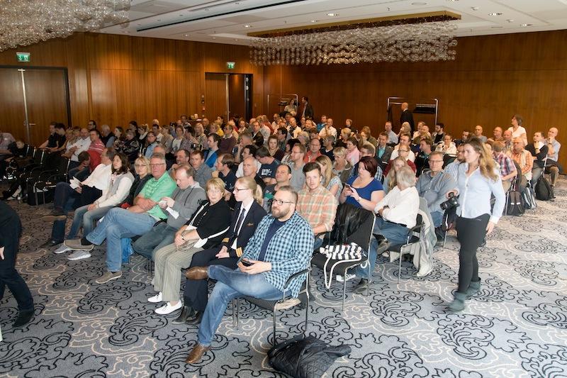 140 Teilnehmer waren gekommen, um an der Flight Academy in Düsseldorf teilzunehmen. Hier im Konferenzraum Peking im Maritim Hotel, direkt neben dem Flughafen Düsseldorf / © Redaktion FrontRowSociety.net, Foto Patrick Becker