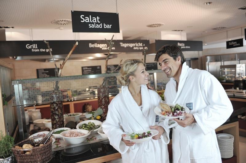 Im Thermenrestaurant-Einkehr kann der Gast auch im Bademantel speisen. Hotelgäste können sich anstatt des abendlichen Dinners auch einen Verzehrgutschein an der Rezeption aushändigen lassen / © Aqua Dome