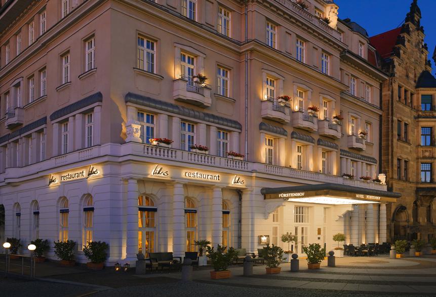 Der Eingang zum Luxushotel und Fine Dining Restaurant Villers - von außen wirkt das Gebäude schon sehr elegant / © Hotel Fürstenhof, Leipzig