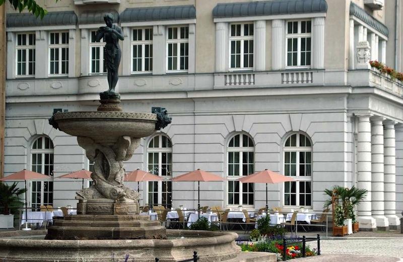 Das Hotel Fürstenhof, Leipzig hat die Patenschaft für den 2003 neu aufgebauten Brunnen übernommen. Im Hintergrund der Freisitz vor dem Restaurant Villers / © Hotel Fürstenhof, leipzig