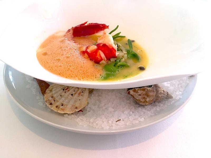 Optisch interessant präsentiert. Ein zweiter Teller mit grobem Meersalz und Muschelschalen als Unterteller / © Redaktion FrontRowSociety.net