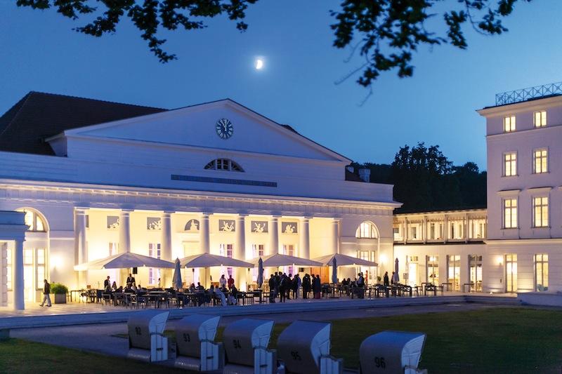 Die Terrasse vor dem Kurhaus Restaurant ist auch bei abendlichen Veranstaltung ein Magnet / © Grand Hotel Heiligendamm