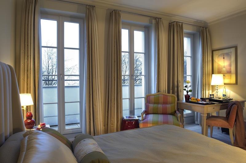 Die komfortablen Claassic Zimmer im Grand Hotel. Bodentiefe Fenster lassen viel Licht einfallen / © Grand Hotel Heiligendamm