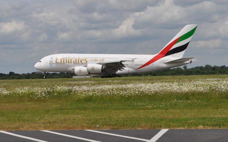 Ich stand gerade neben der Landebahn, kurz vor dem Einstieg zum Sonderflug in unseren A320 und konnte den A380-861bei der Landung fotografieren. Die Laien fragten sich natürlich, wie fast 500 Tonnen Gewicht fliegen können / © Redaktion FrontRowSociety.net