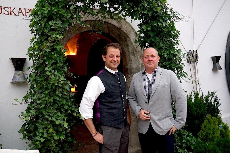 Alois Seyrling (l.) und Andreas Conrad (r.) vor der Kapelle im Klosterhof / © Redaktion FrontRowSociety.net, Foto Martin Scheidtmann