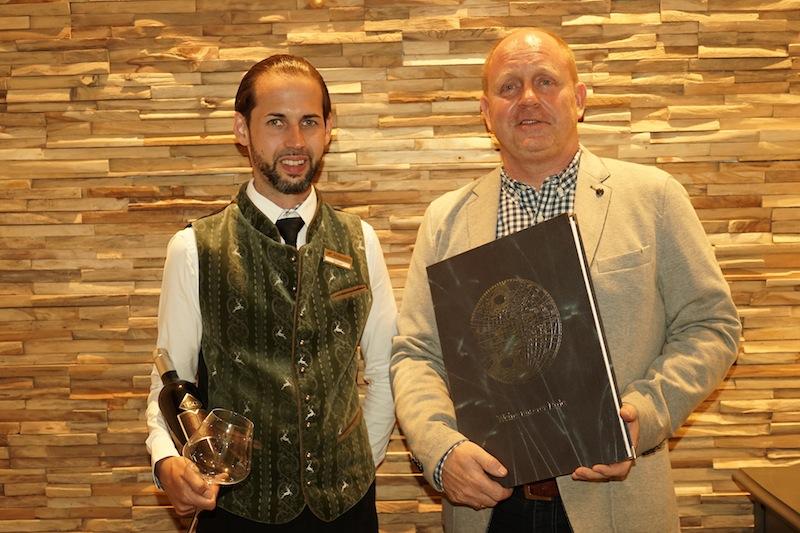 Andreas Conrad und Sommelier Gregor Stadlbauer - das Landhotel Hohenfels verfügt über eine ausgezeichnete Weinkarte / © Redaktion FrontRowSociety.net, Foto Martin Scheidtmann