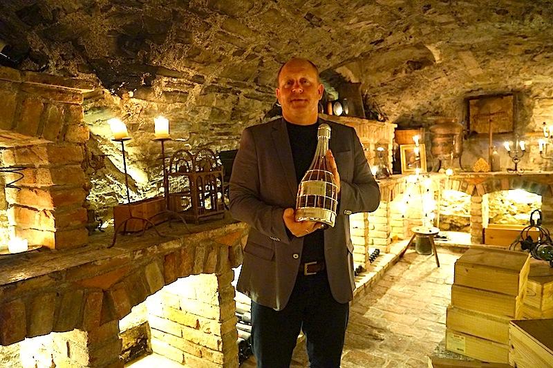 Hinter den dicken Klostermauern lagern über 6.000 Flaschen Wein. Hier sind wahre Schätze zu finden / © Redaktion FrontRowSociety.net, Foto Martin Scheidtmann
