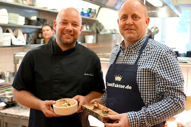 Zwei mit dem gleichen Haarschnitt - nur der Chef de Cuisine Markus Pichler (l.) kann kochen / © Redaktion FrontRowSociety.net, Foto Martin Scheidtmann
