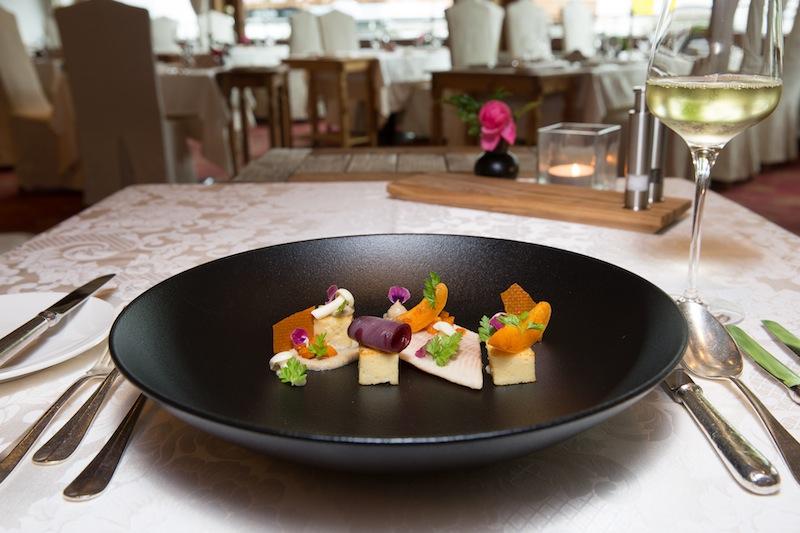 Zur Genießer-Rundum-Pension gehört am Abend ein ausgezeichnetes 6-gängiges Gourmetmenü, welches stets nett angerichtet ist / © Hotel Klosterbräu & Spa