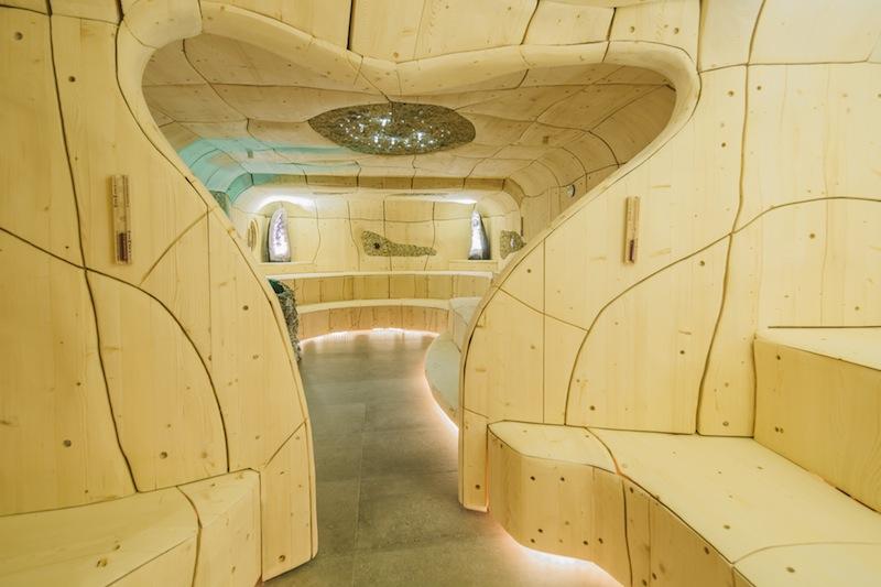Die handgeschnitzte Sauna im 5-Sterne-Hotel Klosterbräu ist ein Meisterwerk / © Hotel Klosterbräu & Spa