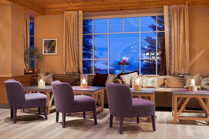 Die Lobby und die Hotelhalle des Landhotels Hohenfels sind stilvoll und modern eingerichtet / © Hotel Hohenfels