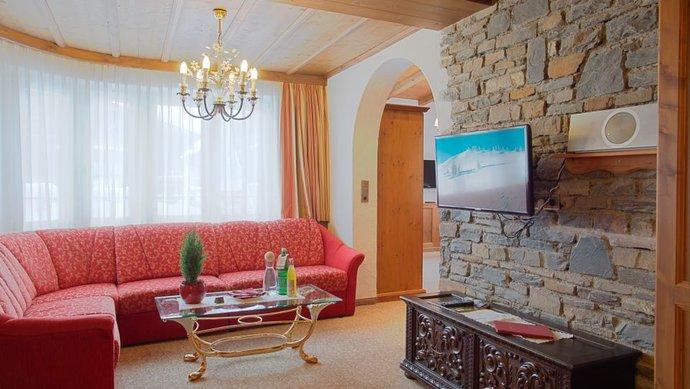 Die Junior Turmsuite ist im Tiroler Stil - mit viel Stein und Holz - eingerichtet / © Hotel Klosterbräu & Spa