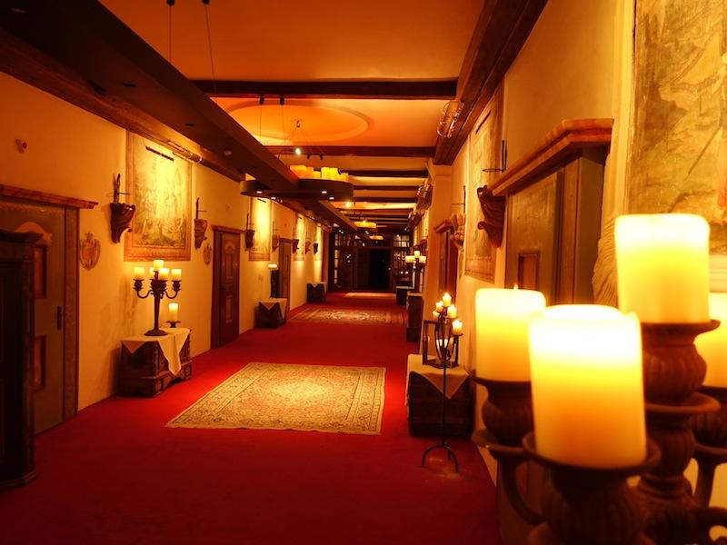 Einzigartig ist der über 50 Meter lange Klostergang. Am Abend und in der Nacht leuchtet dieser Klostergang im romatischen Kerzenlicht / © Redaktion FrontRowSociety.net