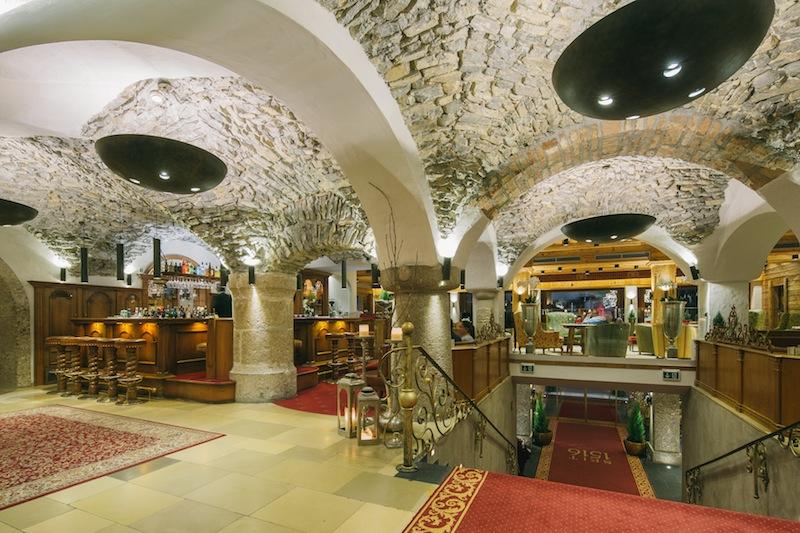 Teilweise freigelegte Decken und Wände zeigen die Geschichte des Hauses schon im Eingangsbereich der Lobby / © Hotel Klosterbräu & Spa