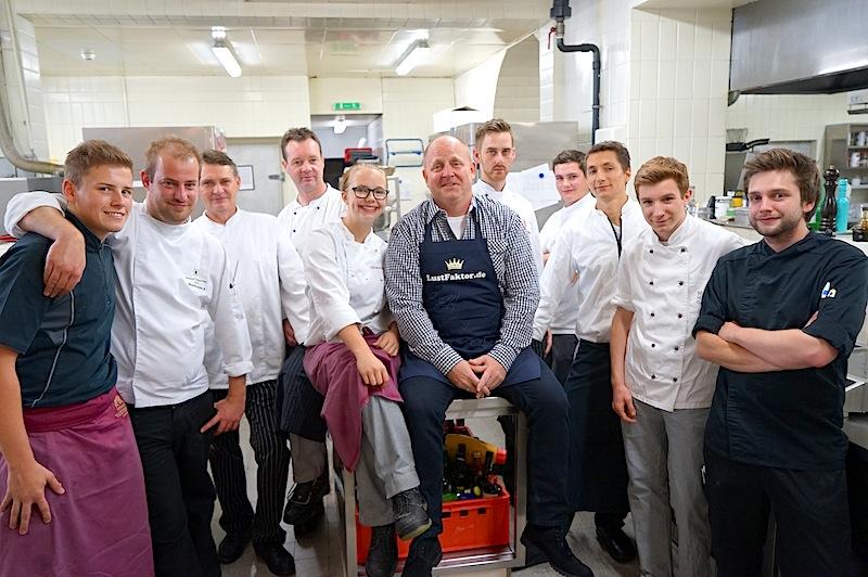 In der Küche: Chefkoch Patrick Wohlfarter (2. vl.) und Andreas Conrad mit der Küchenbrigade / © Redaktion FrontRowSociety.net, Foto Martin Scheidtmann