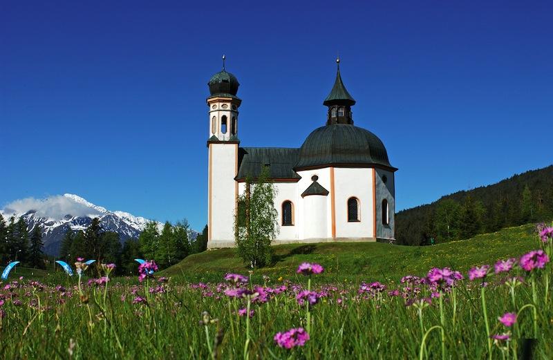 Auf der Suche nach den schönsten Orten im Tirol. Hier ein Blick auf das Wahrzeichen - die Seekirchl - von Seefeld. Bei schönem Wetter macht der Mountainbiking-Urlaub gleich doppelt so viel Spaß / © Gemeinde Seefeld