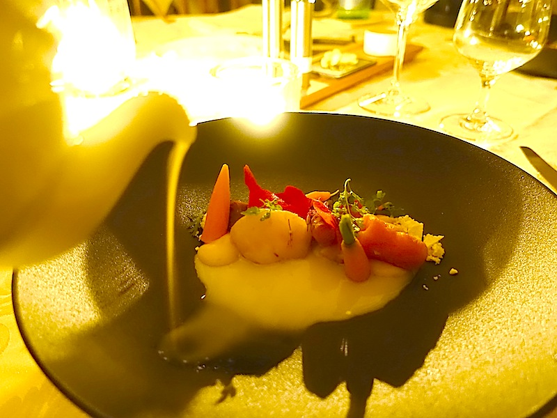 Im romantischen Kerzenlicht wurde Verwurzeltes mit Petersilie und Verjus serviert / © Redaktion FrontRowSociety.net