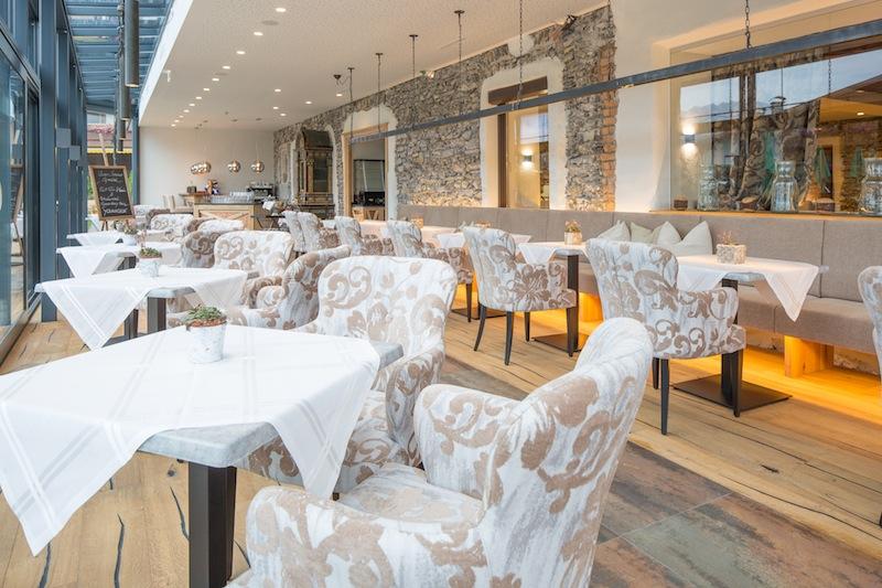 Im neuen Vitalbistro des Spiritual Spas können Gäste auch im Bademantel kleine Köstlichkeiten zu sich nehmen / © Hotel Klosterbräu & Spa