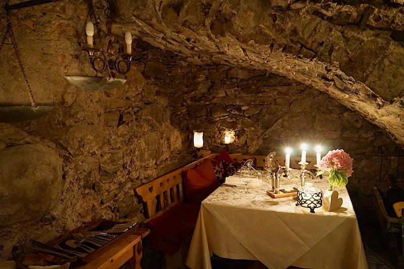 Im Weinkeller des 5-Sterne Hotel Klosterbräu sitzt man in einzigartiger Atmosphäre / © Redaktion FrontRowSociety.net, Foto Martin Scheidtmann