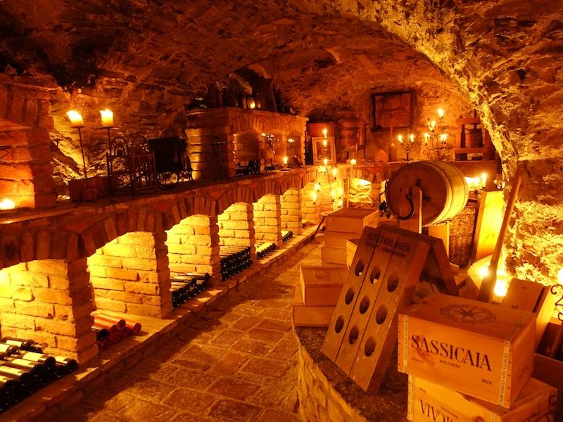 Der Weinkeller im 5-Sterne Hotel Klosterbräu - nur mit Kerzen beleuchtet - einer der schönsten Weinkeller in Österreich / © Redaktion FrontRowSociety.net