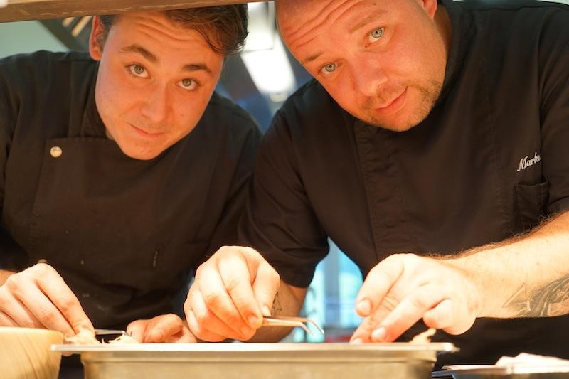 Markus Pichler und Sous Chef Christoph Krabichler beim Anrichten der Teller - auch das muss gelernt sein / © Redaktion FrontRowSociety.net, Foto Martin Scheidtmann