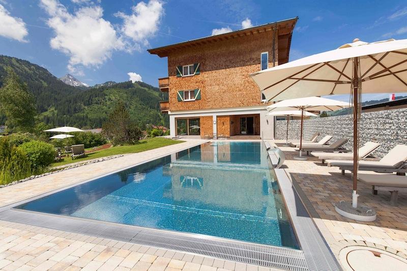 Der Pool - angenehm warm - egal ob im Sommer oder Winter - und immer mit traumhafter Sicht auf die Bergwelt von Tannheim / © Hotel Hohenfels