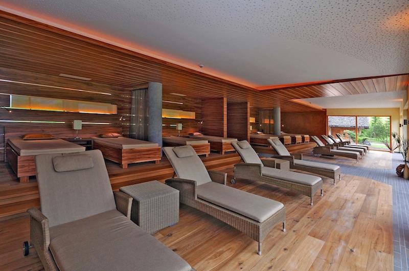 Im Ruheraum des Landhotel Hohenfels liegen die Gäste mit weitem Blick über die Tiroler Bergwelt / © Hotel Hohenfels