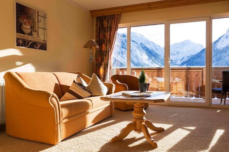 Die schönen Landhaus-Suiten Vilsalpsee im Anbau des Landhotel Hohenfels. Mit traumhaftem Blick auf die Bergwelt / © Hotel Hohenfels