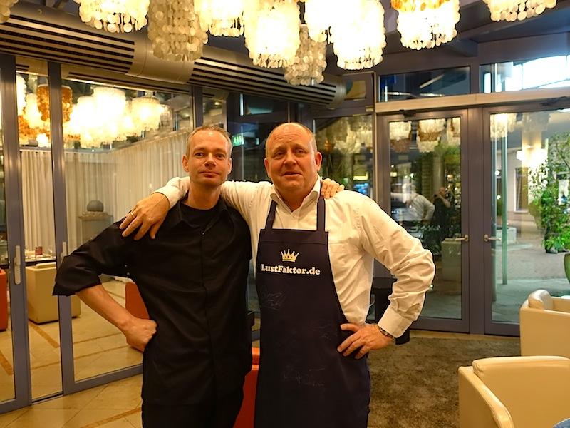 2-Sterne Koch Marc Rennhack (l.) hat heute ein Gericht präsentiert, welches ich mir auf einem schönen Segeltörn vorstellen könnte: Steinbutt, Paprika und Olive sowie Zitrone / © Redaktion FrontRowSociety.net