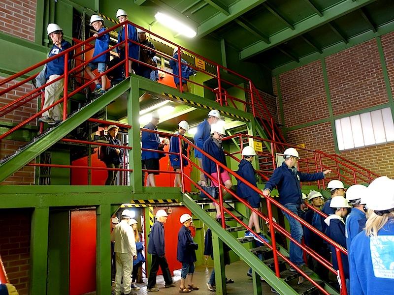 Alle Besucher sind wieder oben angekommen - über drei Ebenen befördert der Förderkorb die Besucher aus 800 Meter an die Oberfläche / © Redaktion FrontRowSociety.net