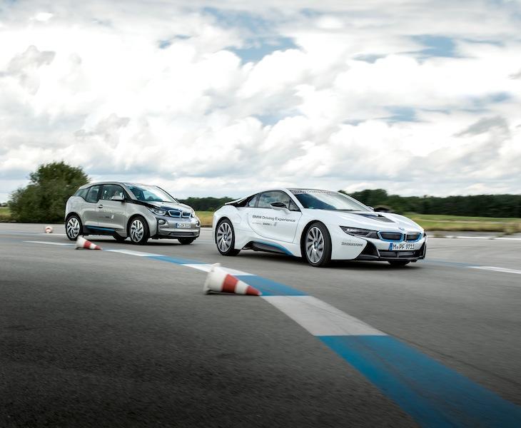 BMW eDrive Experience: Wer den Umgang mit seinem BMW i8 perfektionieren möchte, dem sei die BMW eDrive Experience angeraten. Auf dem Trainingsgelände in Maibach bietet BMW eine Driving Academy an / © BMW AG, München