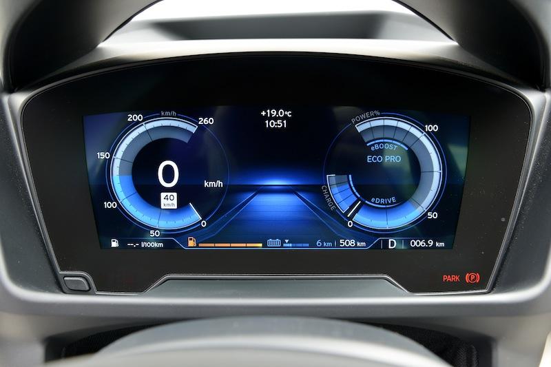 Über das futuristische Cockpit des BMW 8i kann der Fahrer auch zu jederzeit ablesen, welchen Fahrmodus er eingelegt hat / © BMW AG, München