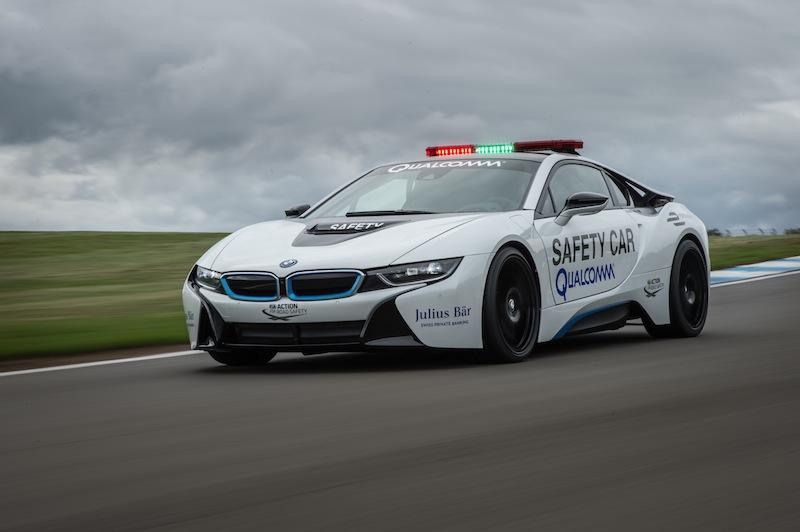 Und sportlich fahren kann man den BMW i8 ganz sicher. BMW ist offizieller Fahrzeugpartner in der FIA Formel E Meisterschaft und stellt das Safety Car / © BMW AG, München