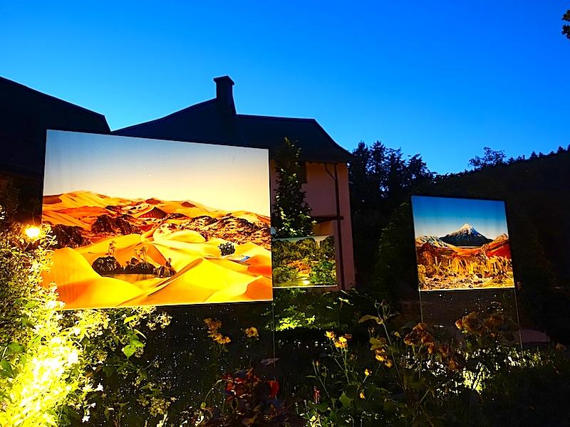 Auch am Abend ist ein Besuch am Schloss Clervaux lohnenswert. Rund um das Schloss und auch im Schlossgarten stehen Bilder, die mit Licht außergewöhnlich in Szene gesetzt werden / © Redaktion FrontRowSociety.net, Noris Conrad