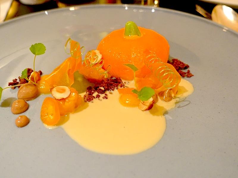 Kürbis | Piemonteser Haselnüsse | Kumquats: Das Mousse vom Kürbis, die marinierten Kumquats und karamellisierten Piemonteser-Haselnüssen sind eine einmalige Geschmackseinheit / © Redaktion FrontRowSociety.net