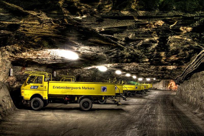 Mit diesen allradgetriebenen LKW-Cabrios werden die Besucher durch das Labyrinth des Erlebnis Bergwerk Merkers chauffiert / © K+S Aktiengesellschaft