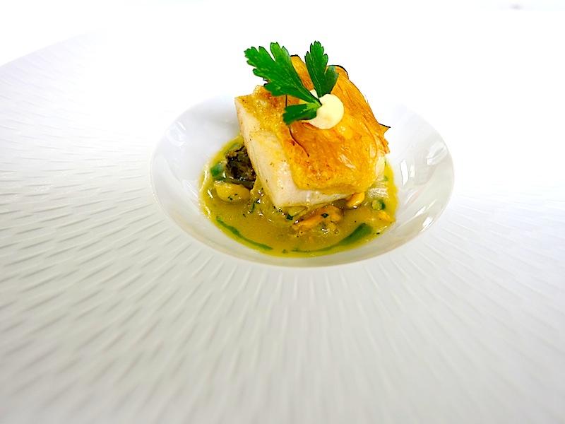Filet vom St. Pierre mit Pinienkernen gratiniert Auberginenvariation mit Knoblauch. So lecker kann Fisch sein / © Redaktion FrontRowSociety.net