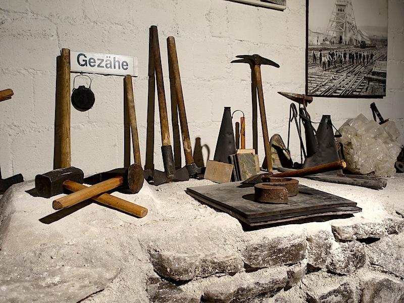 Im Museum unter Tage kann man allerhand Gezähe aus den letzten hundert Jahren bewundern - mit welch primitiven Werkzeugen früher gearbeitet wurde / © Redaktion FrontRowSociety.net