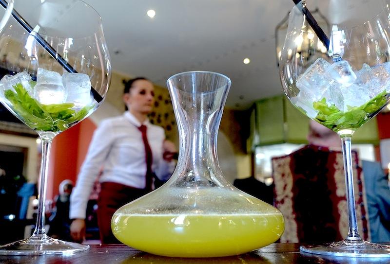 Die antialkoholische Begleitung zum Lunch in der Trattoria Enoteca war eine Wucht. Die Karaffe wurde frisch geschwenkt und unsere Gläser sollten gleich gefüllt werden / © Redaktion FrontRowSociety.net