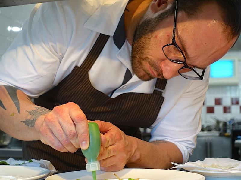 Chef de Cuisine Henry Burghardt in Aktion. Der Küchenchef der zuvor bei Joachim Wissler als Chef de Partie tätig war, ist hoch kreaktiv / © Redaktion FrontRowSociety.net