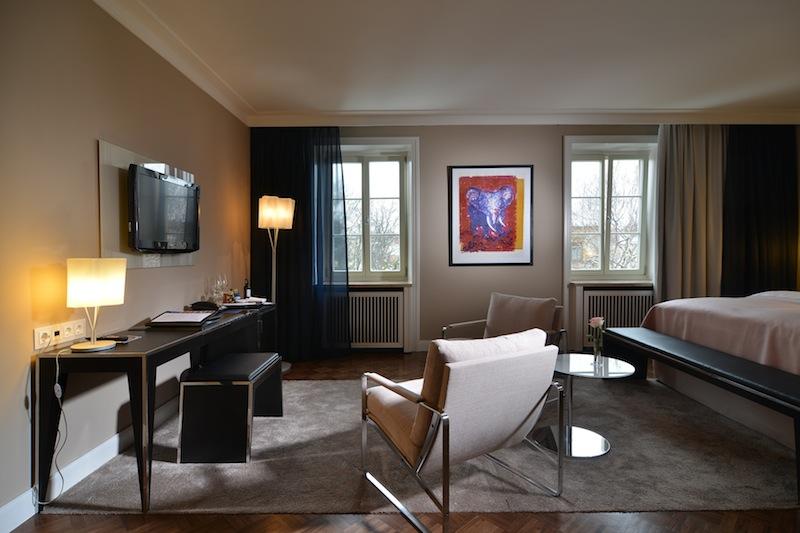 Eines der Designer-Zimmer im Hotel Elephant in Weimar - modern und stilvoll eingerichtet / © Hotel Elephant, Weimar