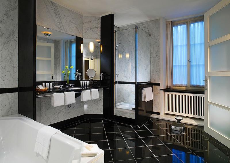 Das edle und sehr großzügige Marmorbadezimmer in der Feininger-Suite / © Hotel Elephant, Weimar